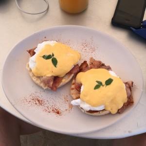 Στο Κουμπάσο της Σερίφου, αυγά benedict δίπλα στο κύμα...