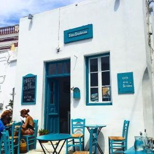 «Στου Στράτου», το ξακουστό καφενείο στη μαγευτικό Χώρα της Σερίφου.