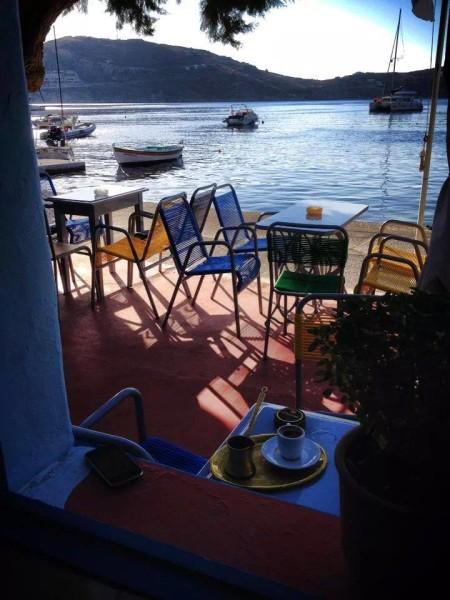 Yacht Club: το πιο «πλωτό» καφενείο των Κυκλάδων (YachtClubSerifos/Facebook)