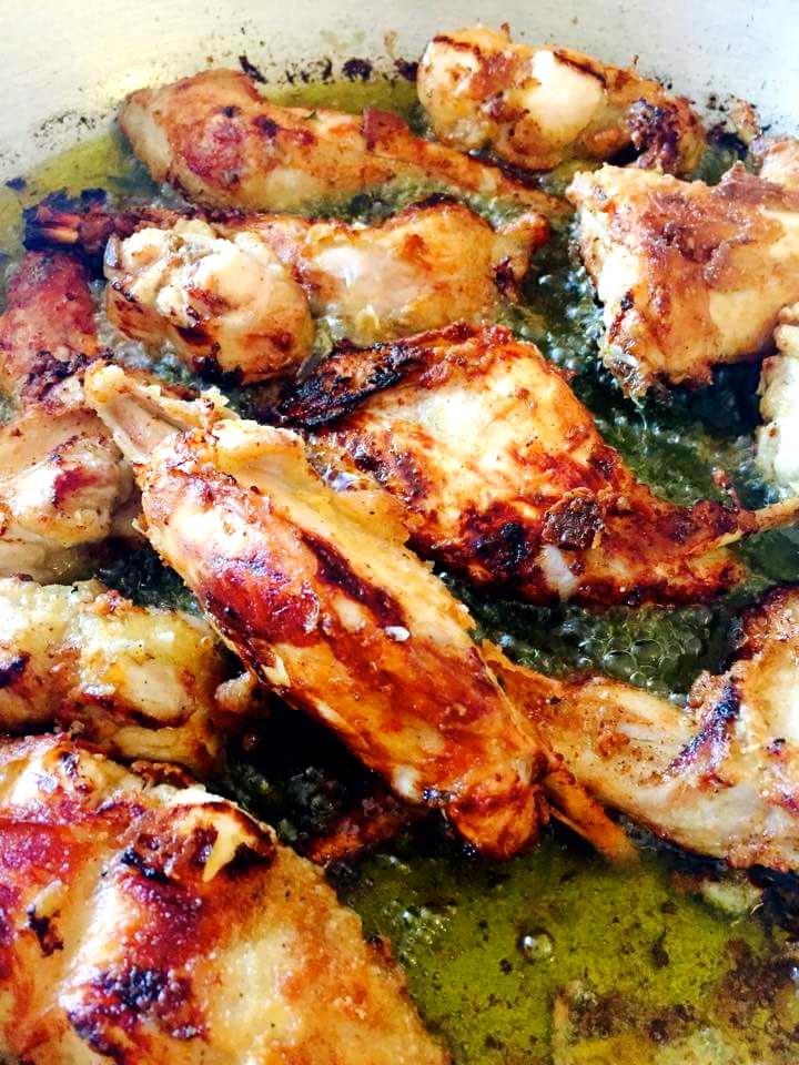 Το κουνέλι δεν λείπει απο το σπιτικό τραπέζι στη Κρήτη, τουλάχιστον μία φορά την εβδομάδα σερβίρεται, συνήθως τηγανιτό, όπως το περιγράφουμε εδώ.