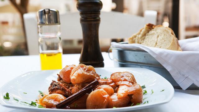 Αν επιλέξεις ένα μόνον μαγειρευτό επιβάλλεται το μοσχαράκι στιφάδο. Η το αρνάκι φρικασέ. Η...