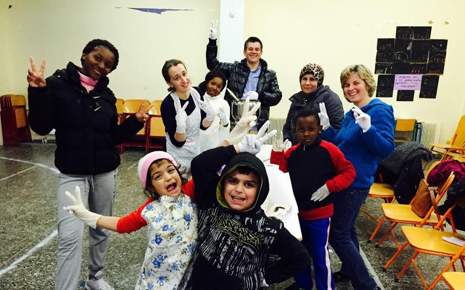 Στο Εργαστήρι Μαγειρικής του 132ου Δημοτικού Σχολείου της Αθήνας, στην Γκράβα. Κάθε Δευτέρα, γονείς μαθητών από 15 χώρες μαγειρεύουν χτίζοντας γέφυρες πολιτισμού.