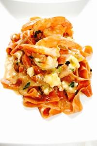 Ταλιατέλες ντομάτας με γαρίδες και φέτα. Πιό ελληνική μακαρονάδα γίνεται;