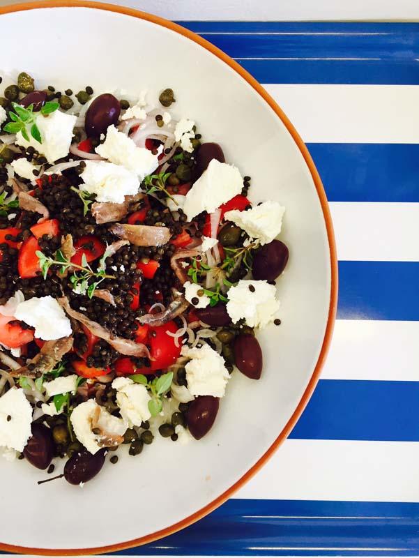 Η σαλάτα με τις μαύρες φακές πάει και στο γραφείο για ένα χορταστικό μεσημεριανό.