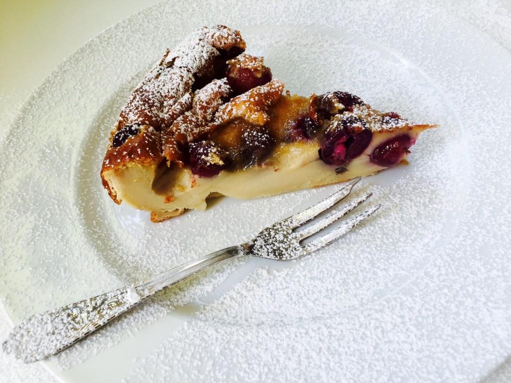 Πανέμορφο με τα ολοκόκκινα κεράσια του και λίγη ζάχαρη άχνη το γαλλικό clafoutis είναι ένα από τα νοστιμότερα καλοκαιρινά γλυκά.