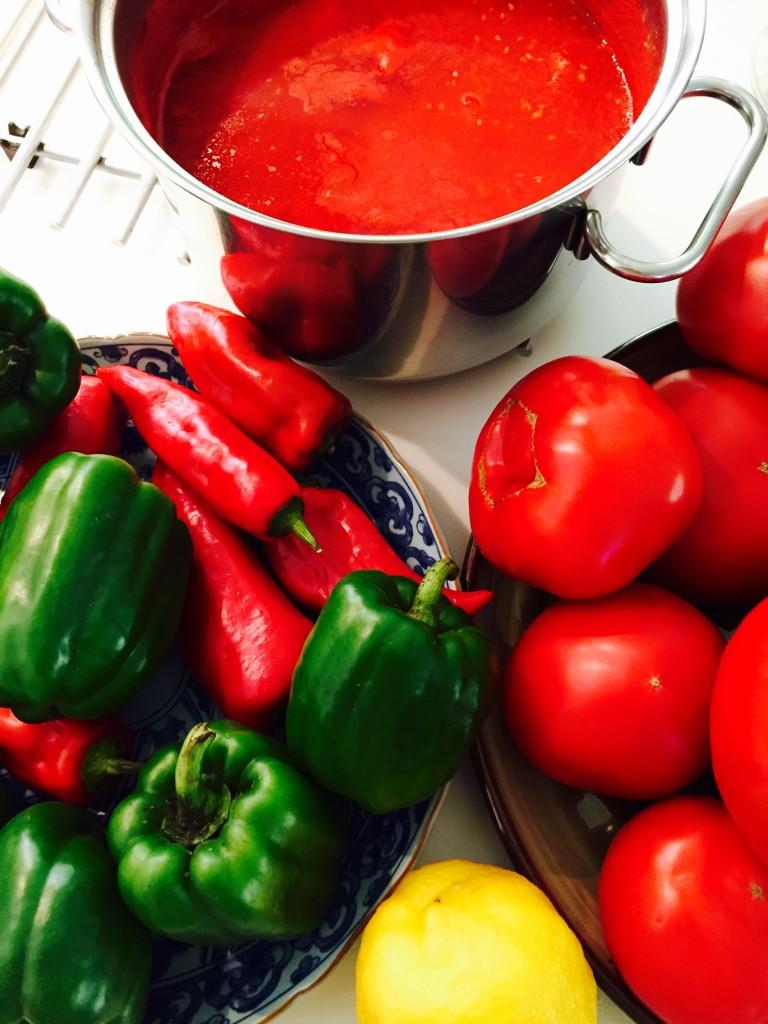 Οι πιπεριές Φλωρίνης δίνουν στην σάλτσα ντομάτας μιά βαθιά νοστιμιά...